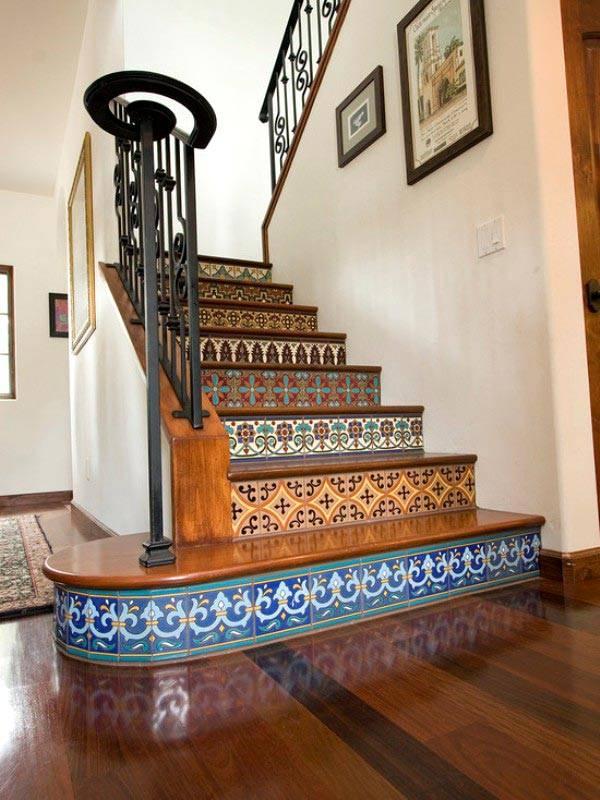 Красивая лестница с узорной плиткой в доме фото