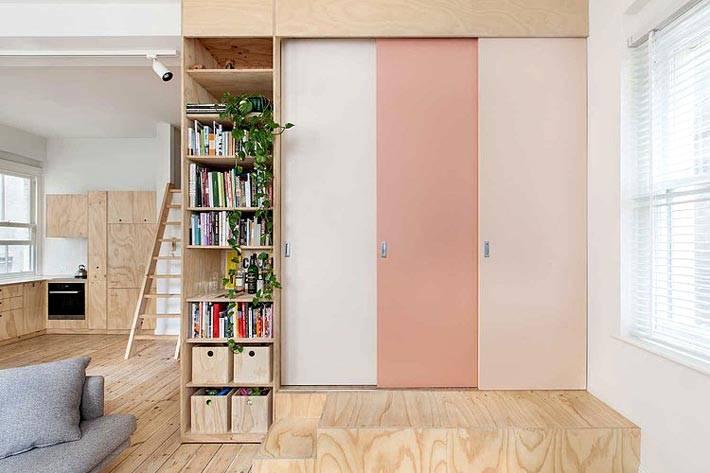 однокомнатная квартира с отделкой из дерева, которая разделена на зоны