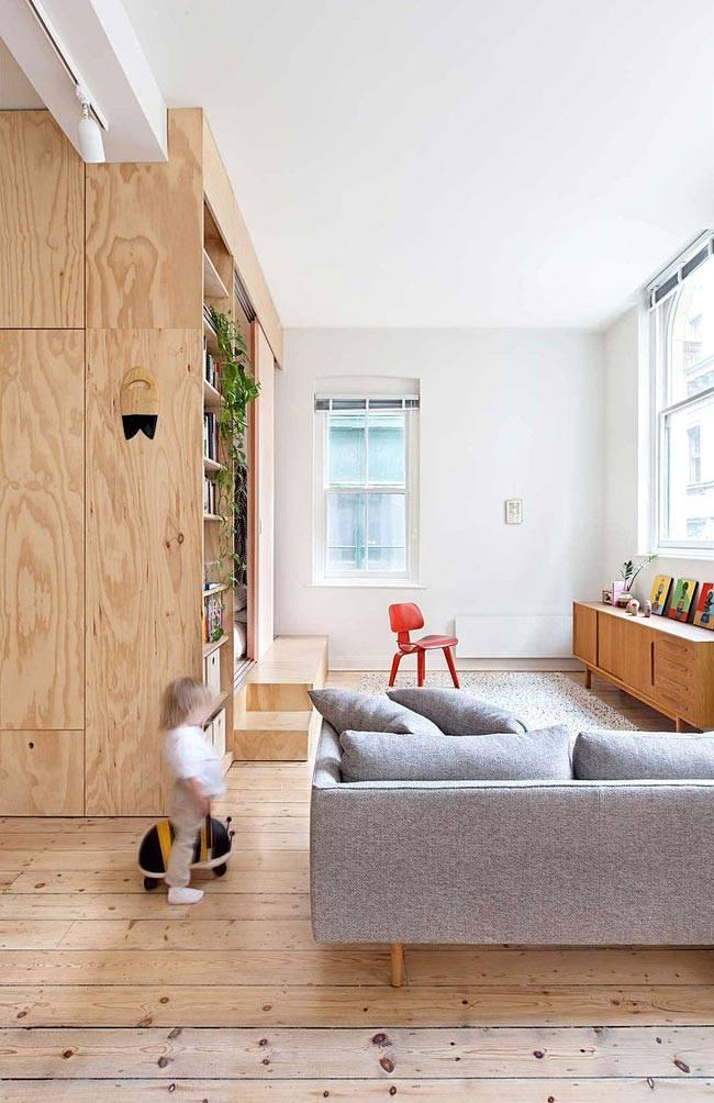 мебель из светлого дерева в просторной квартире в стиле лофт