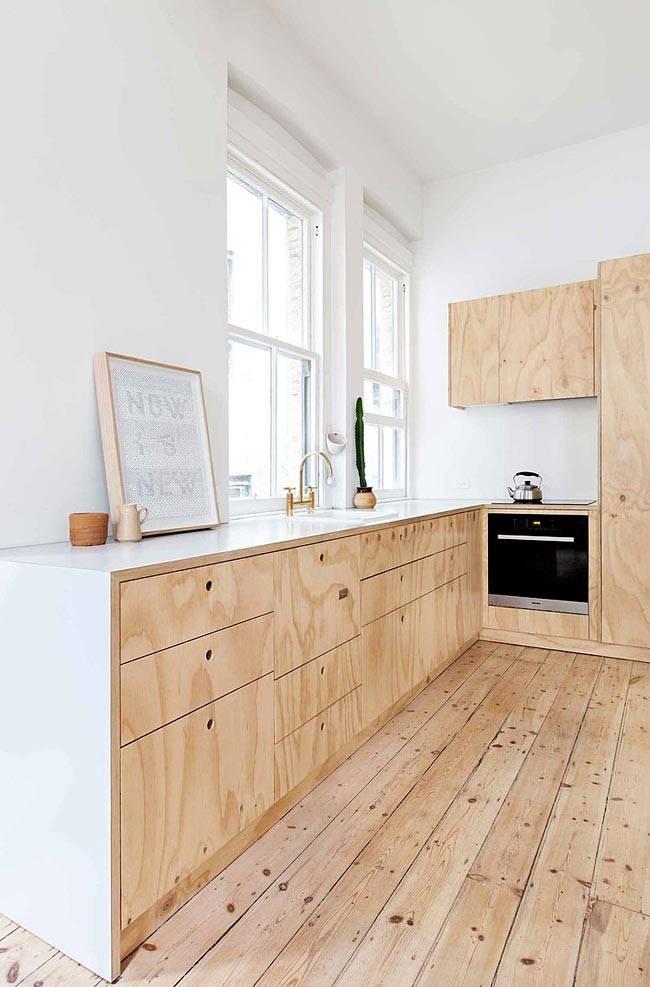 кухня из светлого необработанного дерева в квартире в Австрии