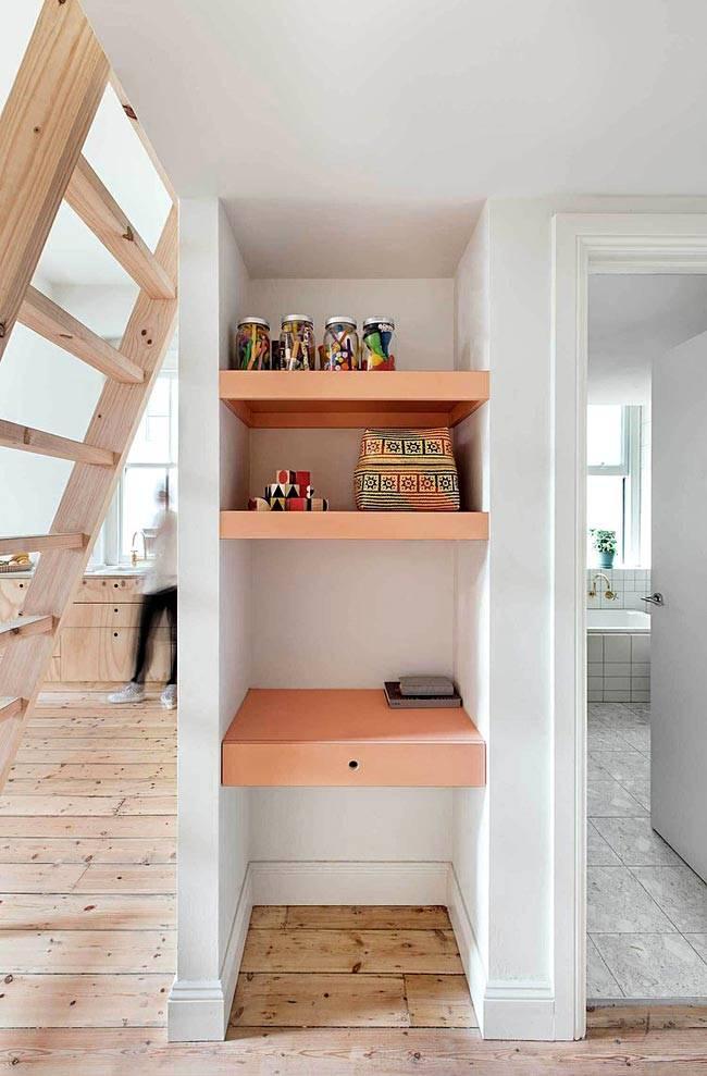 встроенные полки в нише между кухней и ванной комнатой