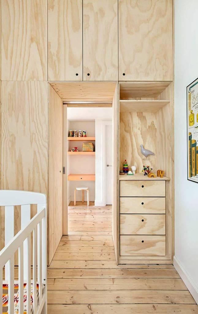 все пространство до потолка обустроено шкафами из светлого дерева
