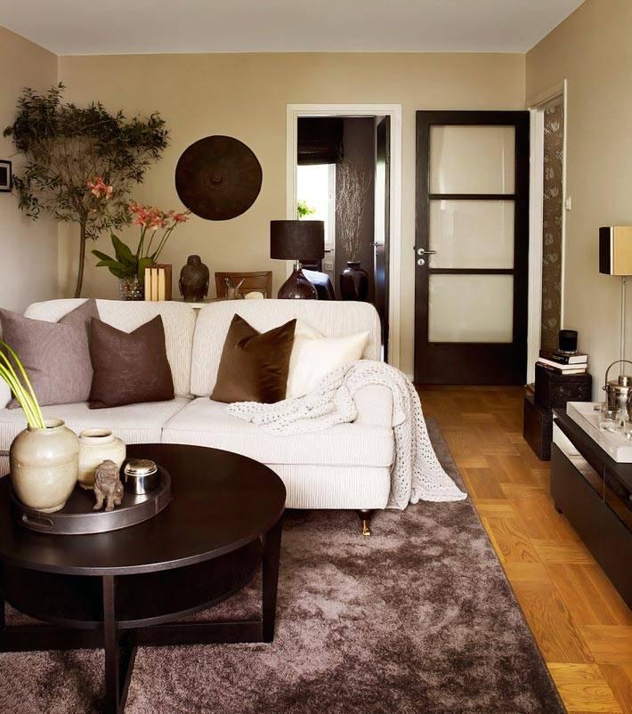 коричневые цвета текстиля и мебели в маленькой квартире