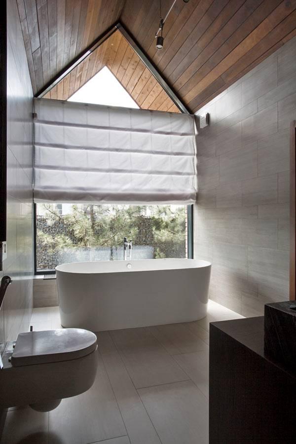 Современный дизайн мансардной ванной комнаты фото