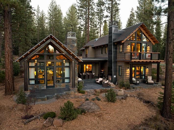 Красивый дом с панорамными окнами в сосновом бору Калифорнии