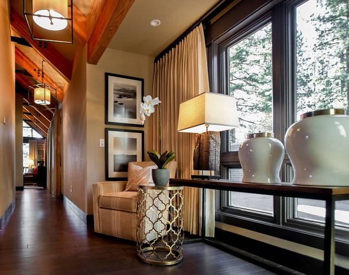 плотные бежевые шторы прикрывают панорамные окна в доме