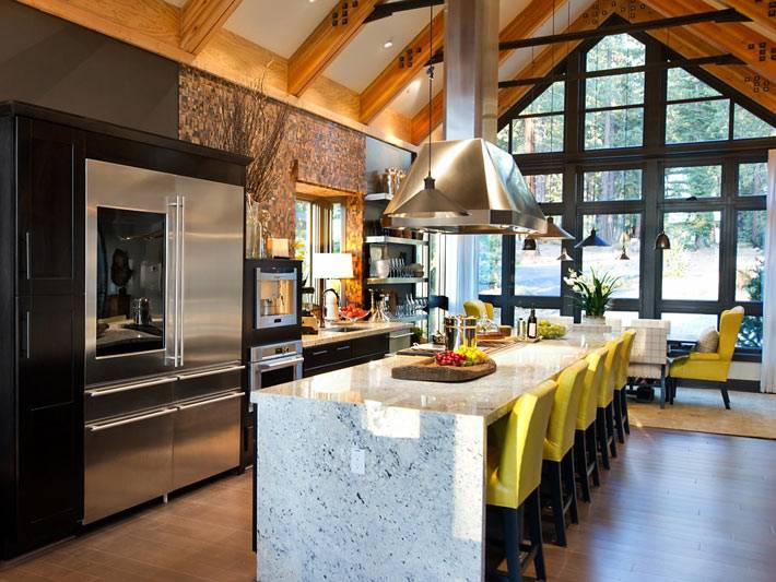 интерьер кухни с видом на лес