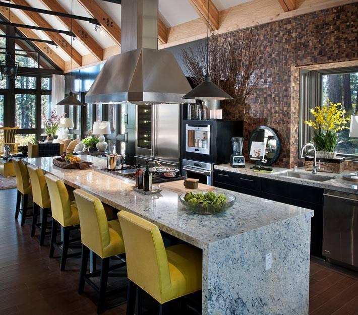 Мраморный стол и стулья лимонного цвета на большой кухне
