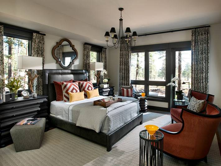 Красивый интерьер спальни в черном цвете в загородном доме