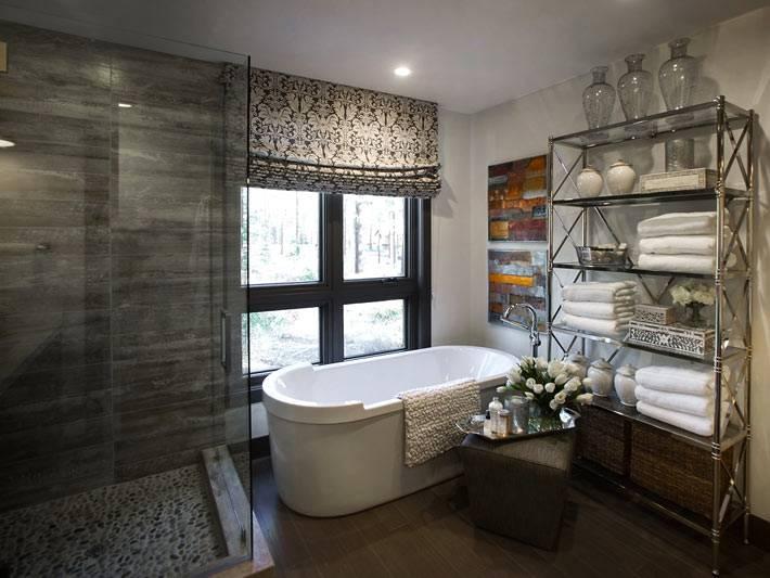 Дизайн ванной с окном и стеллажом в загородном доме