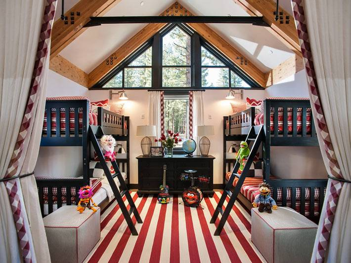 уютная детская комната для многодетной семьи фото