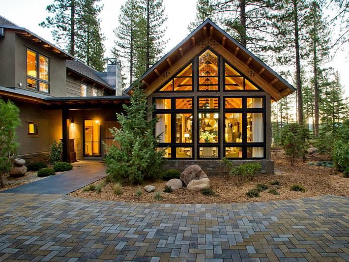 Современный загородный дом в лесу