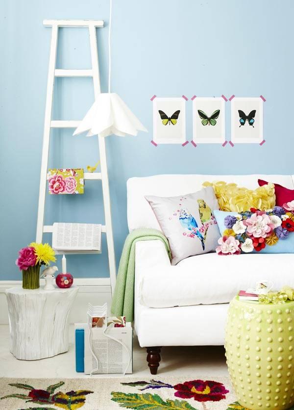 белая мебель на фоне бледно-голубой стены на фотографиях Joanna Henderson