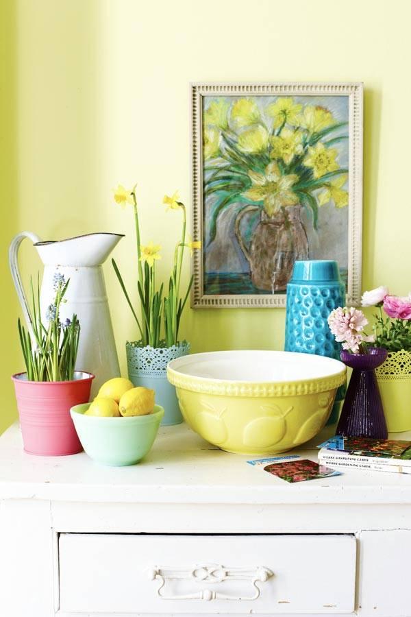 Яркие элементы декора в комнате с зелеными стенами фото