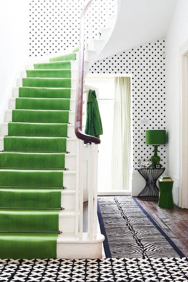 Ярко-зеленые лестничные ступени в интерьере фото