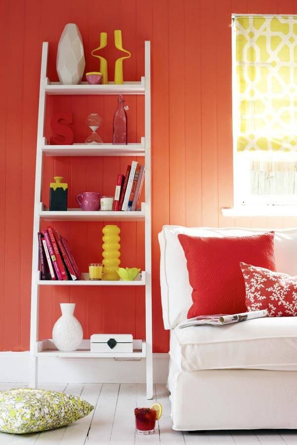 комната с красной стеной и белым диваном фото
