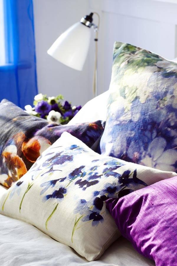 диванные подушки с акварельным рисунком в доме