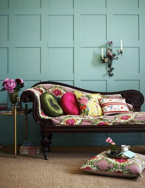 Красивая козетка с яркими подушками фото