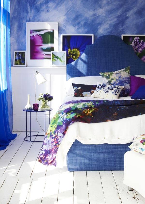 синяя акварельная роспись стен с белым дощатым полом в спальне