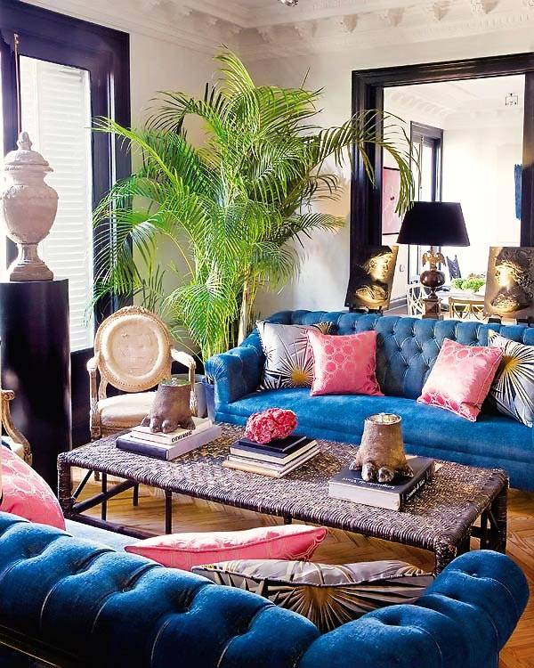 Яркий дизайн дома с синими диванами в Мадриде фото