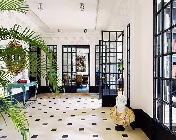 Дизайн холла с черно-белой плиткой на полу в мадридском доме