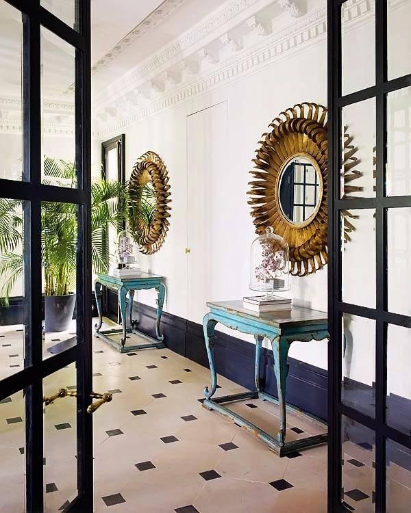 симметрично поставленные консоли с круглыми зеркалами
