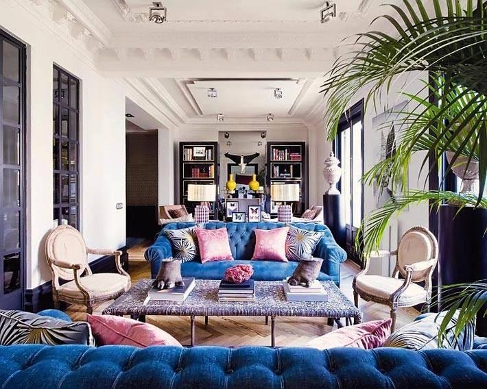 Синие диваны в гостиной стоят друг напротив друга