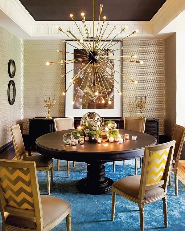 Дизайн столовой комнаты в испанском доме с прикольной люстрой