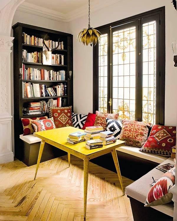 Место для отдыха и чтения у окна с книжной полкой