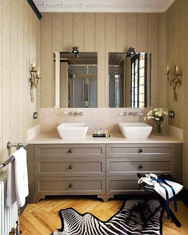 Шкура зебры украсила пол ванной комнаты
