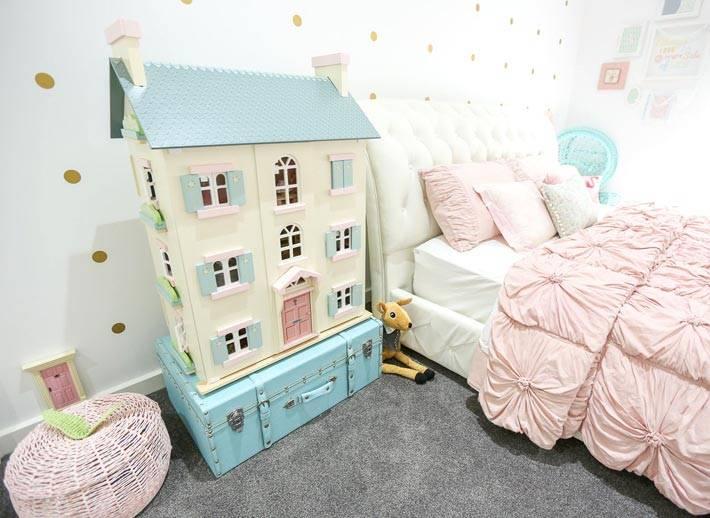 игрушечный кукульный домик для девочки в детской комнате