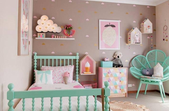 светильник-облачко и полки-домики на стене комнаты для детей