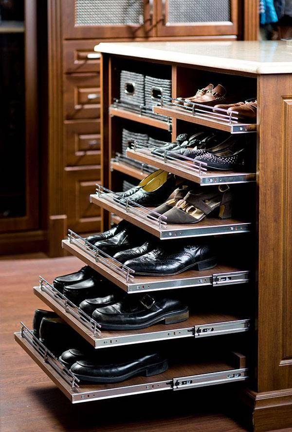 Полки для удобного хранения обуви в гардеробной комнате