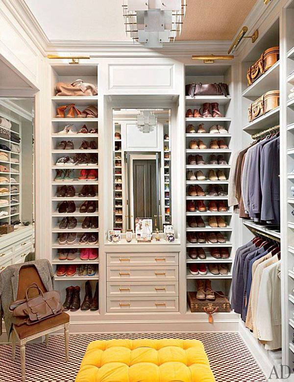 Высокие стеллажи для обуви в гардеробной комнате