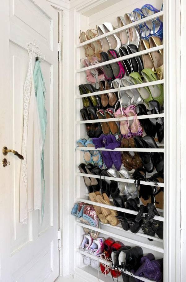 как компактно хранить обувь за дверью
