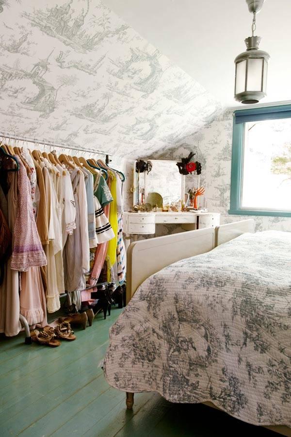 хранение в спальне на открытых стойках для одежды фото