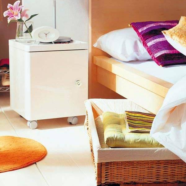 Плетеные корзины для хранения вещей под кроватью