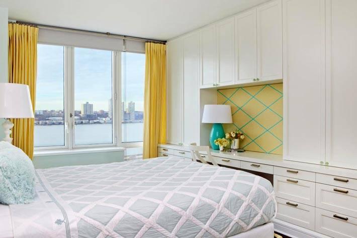 шкафы для хранения в спальне с жеотыми шторами фото