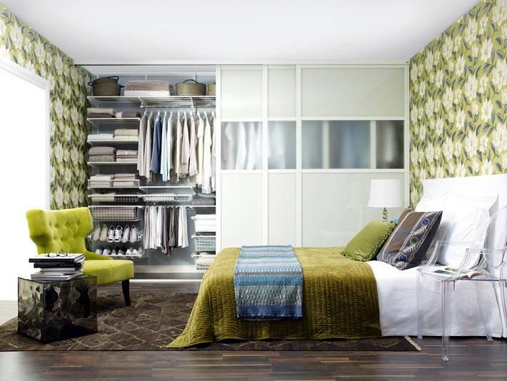 гардеробная в спальне с зелеными обоями в цветочек фото