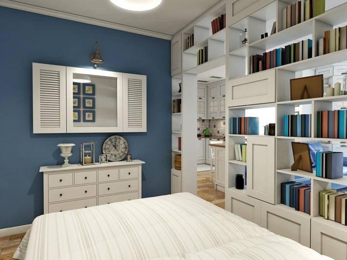 открытый белый стеллаж с книгами в спальне фото