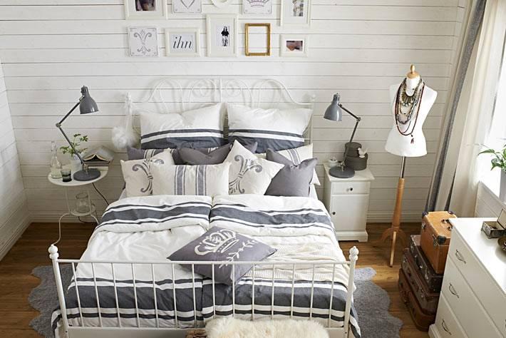 уютный интерьер спальни с манекеном для хранения украшений