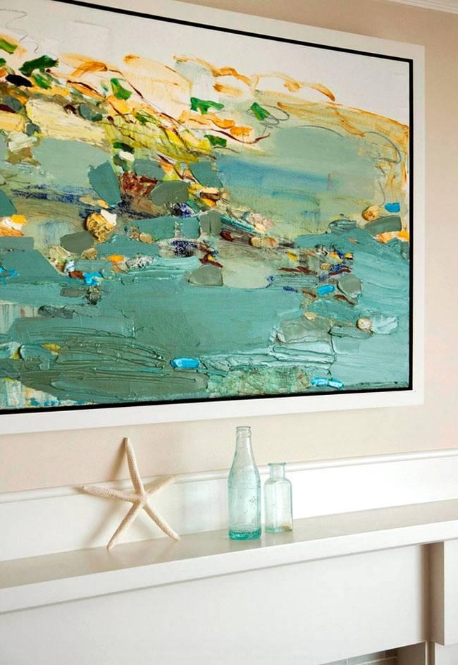 Красивая картина - яркий акцент в интерьере гостиной комнате
