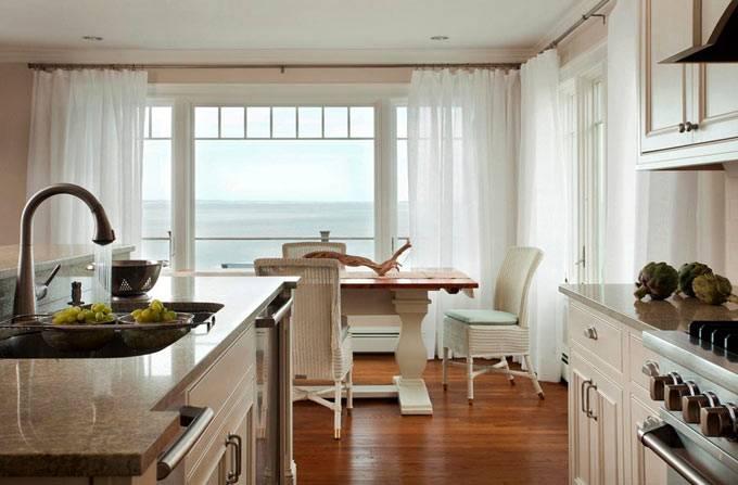 просторный интерьер кухни с видом на море