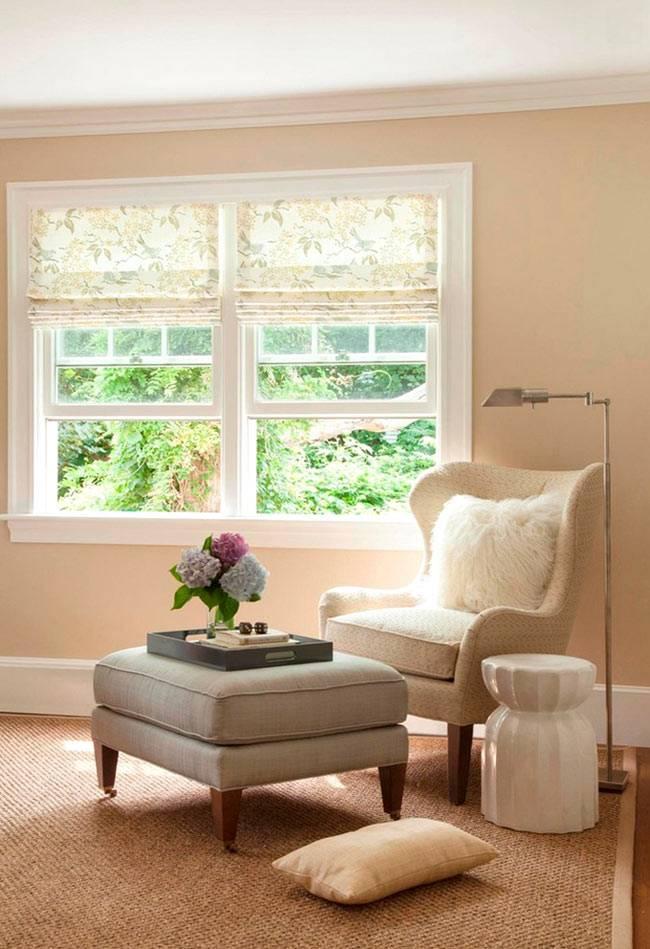Уютный уголок для чтения в доме - мяшкое кресло иторшер у окна