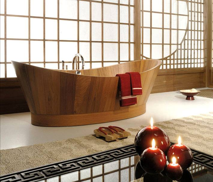 интерьер ванной комнаты с деревянной ванной