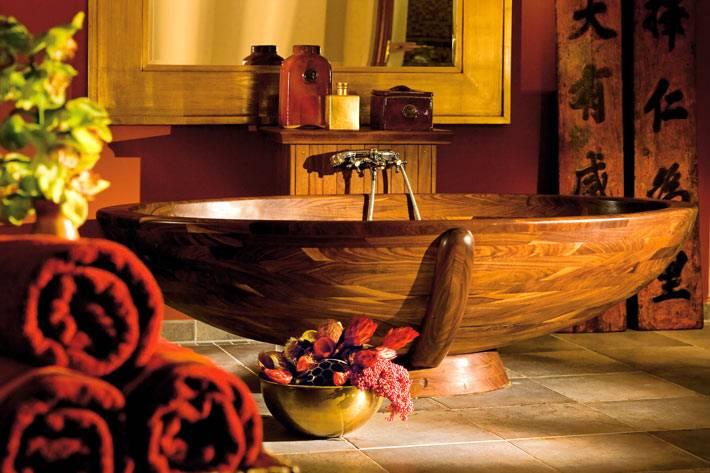 Романтическая обстановка в деревянной ванной комнате