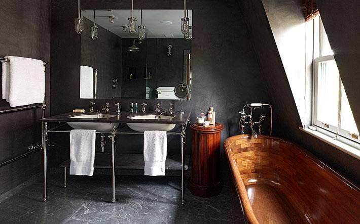 Деревянная чаша ванны в черном интерьере ванной комнаты