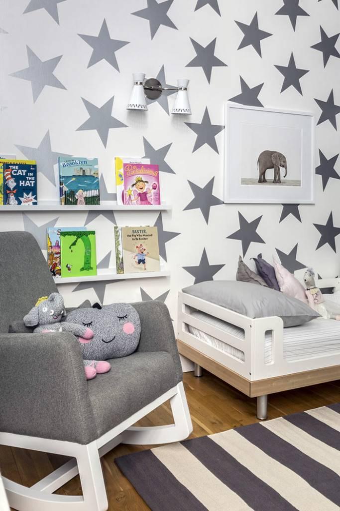 большие серые звезды на стене детской комнаты фото