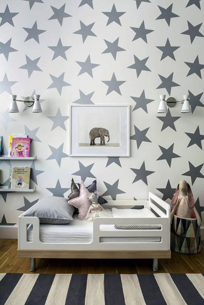 маленькая стильная детская кроватка с бортиками