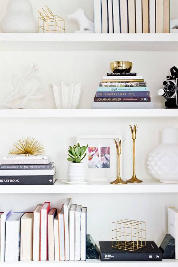 красивое оформление книжных полок в доме